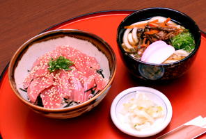 鉄火丼とミニ山菜うどん・そば
